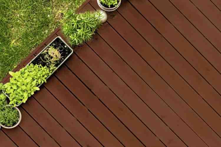 Comment nettoyer une terrasse en bois naturellement ?
