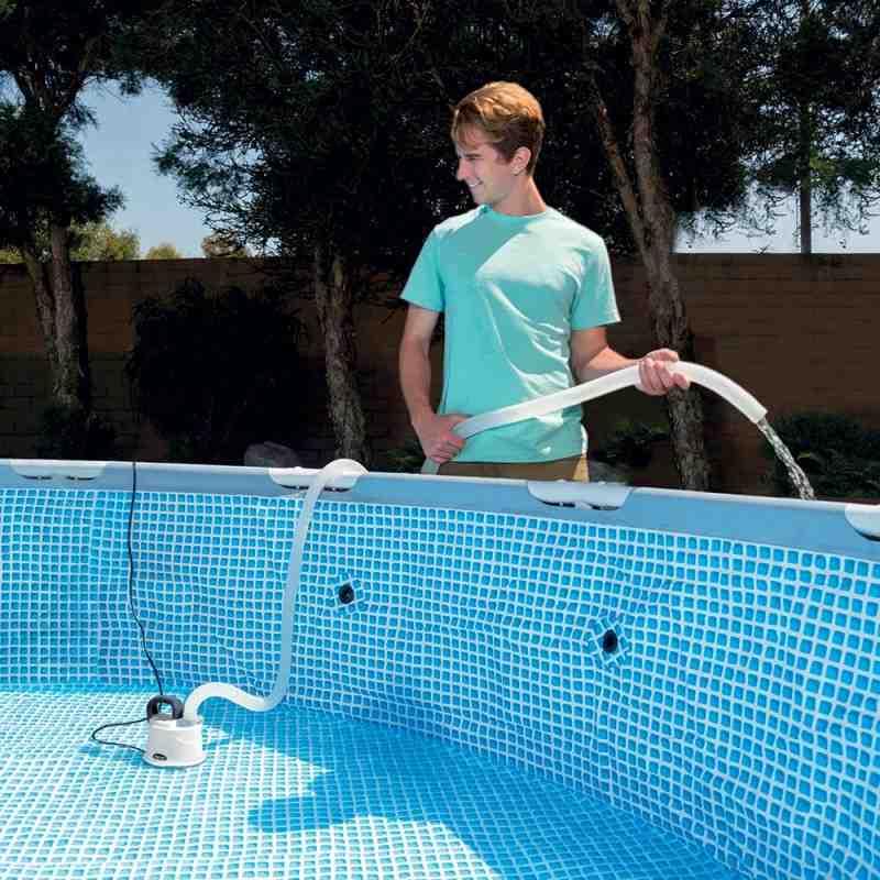 Comment vider l'eau d'une piscine par la bonde de fond ?