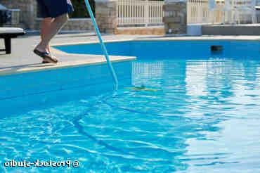Comment aspirer le sable au fond de la piscine sans aspirateur ?