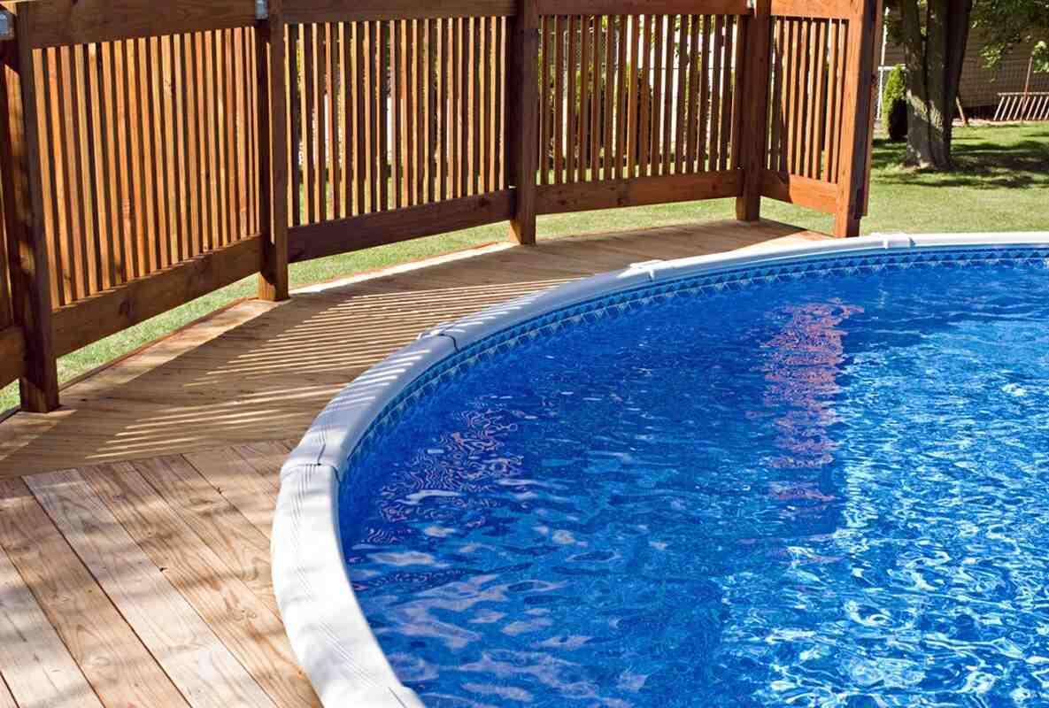 Comment poser une terrasse en bois autour d'une piscine